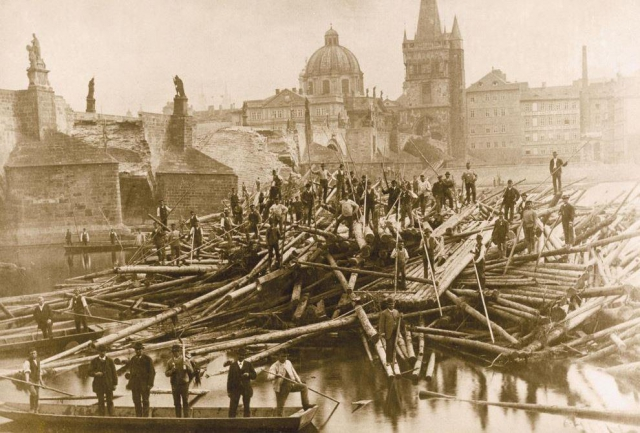 Odklízení klád po povodni v r.1890 Karlův most, foto Muzeum Prahy
