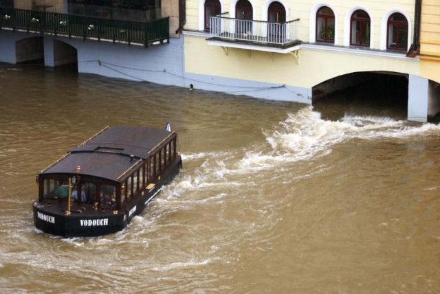 Praha kvůli stoupající hladině Vltavy uzavře náplavky, foto Praha Press