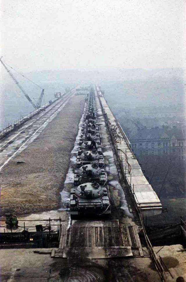 Výstava přehledným způsobem shrnuje podstatné okamžiky navrhování a provádění této výjimečně náročné stavby, včetně známé zátěžové zkoušky s pomocí 66 tanků, foto DPP