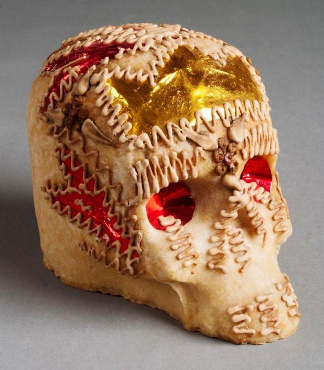 Lebka z cukrové hmoty, dušičkový dárek, Mexiko, 20. Století - K mexickým Dušičkám neodlučitelně patří cukrové a čokoládové lebky, figurky andělů či malé hroby, které si lidé kupují na tržištích jako dárky. Foto Národní muzeum