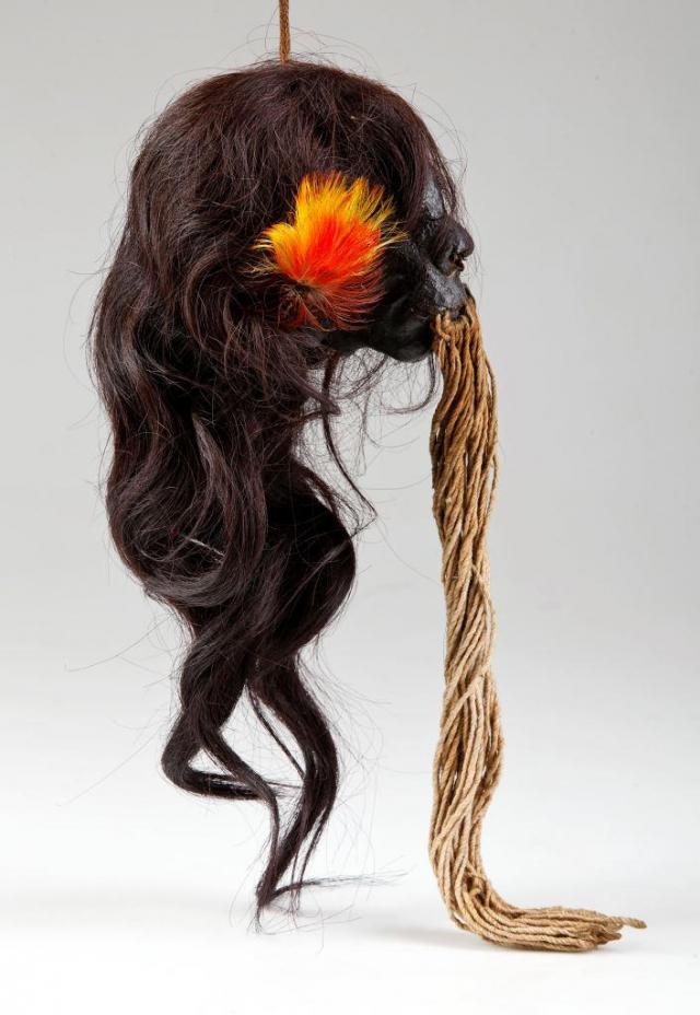 Preparovaná lidská hlava zvaná tsantsa, Jíbarové, Ekvádor, asi 1. polovina 20. století - Preparované lidské hlavy neboli tsantsy vyráběli bojovníci skupiny Jíbaro žijící v amazonském pralese v Ekvádoru a Peru. Tyto trofeje sloužily k přenesení síly zabitého nepřítele na vítěze a následného tvůrce tsantsy, který ji musel zhotovit v odloučení a držet při tom rituální půst. Foto Národní muzeum