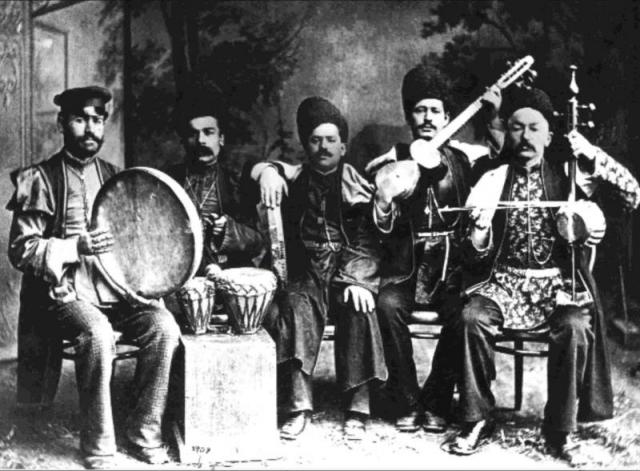 Soubor ázerbájdžánských lidových hudebních nástrojů (gaval, goša-nagara, gaval, tar, kamanča), foto z r. 1910, foto Národní muzeum