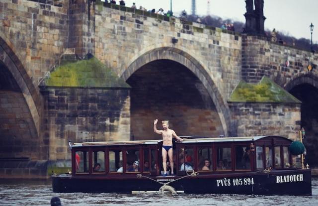 Tříkrálová otužilecká plavba za převoznickým punčem, foto Muzeum Karlova mostu