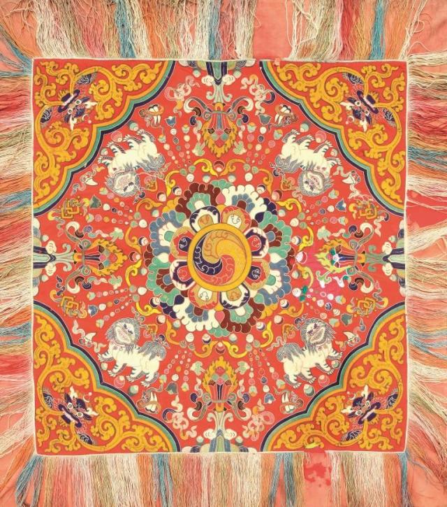 Národní muzeum otevírá novou výstavu Bhútán – země blízko nebe. Pokrývka trůnu, konec 19. Století. Foto Národní muzeum