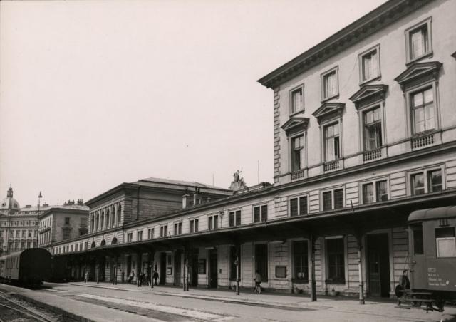 Nádraží Severozápadní dráhy na pohlednici vydané před rokem 1900. Foto Muzeum hlavního města Prahy