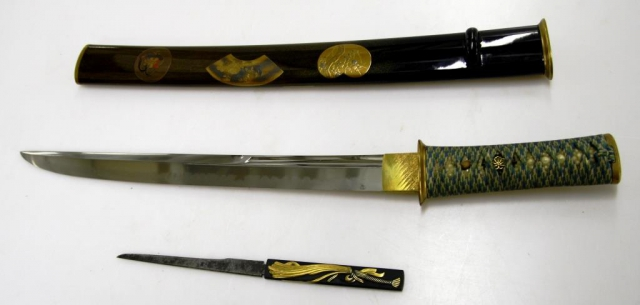 Dýka bez záštity (aikuči) v lakované pochvě zdobené přírodními motivy technikou makie, s nožíkem kozuka, patrně 2. polovina 19. století, Japonsko. Foto Národní muzeum