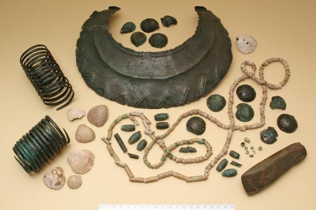 Soubor nálezů ze skříňkového hrobu z pozdní doby kamenné z Velvar představoval ve své době obrovské bohatství (kolem 3200 př. n. l.). Foto Lenka Káchová