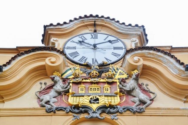 Znak městské části je poměrně známý, ale málokdo zná jeho původ. Jedná se o znak Starého Města pražského, který pochází z roku 1649, kdy byl do této podoby polepšen císařem Ferdinandem III a byl odměnou za věrnost Prahy v boji proti Švédům. Foto ÚMČ Praha 8