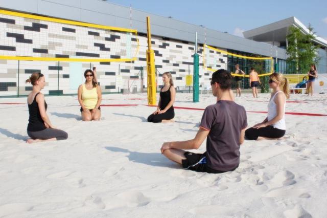 Zaručená relaxace, ale i posílení svalstva při hodině hatha jógy, foto Centrum Černý Most