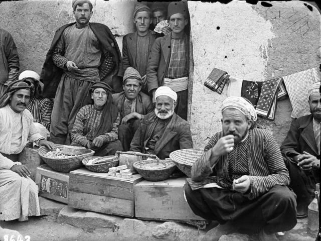 Muži v Tell Erfádu ve svátečním. Foto: Národní muzeum – Náprstkovo muzeum