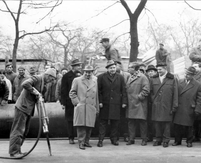Prvním úderům pneumatického kladiva dělníka Bartoše do vozovky, o nichž psal tehdejší oblíbený deník Večerní Praha, před padesáti lety přihlížela pouze skupinka zasvěcených. Foto Dopravní podnik hl. m. Prahy