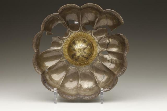 Stříbrná miska se zlacenými detaily; Mes Ajnak, 3.–6. století po Kr. Foto Národní muzeum