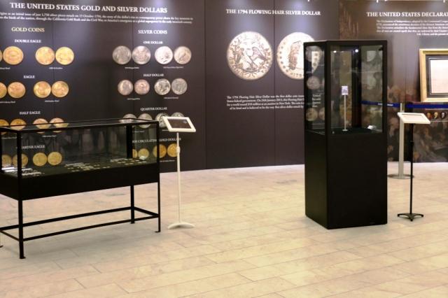Prohlédněte si unikátní minci a originál kopie Deklarace nezávislosti USA. Foto Národní muzeum