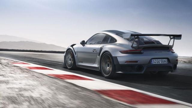 Porsche 911 GT2 RS se 700 k, pohonem zadních kol, závodním podvozkem a řízením zadních kol, foto Porsche Inter Auto CZ spol. s r.o.