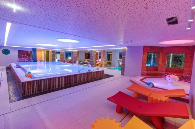 Resort nabízí prostorný a luxusní SPA & Wellness areál 2 500 m², samostatné dospělé a rodinné lázně, sauny, wellness, bazény venku i uvnitř, kosmetické balíčky.