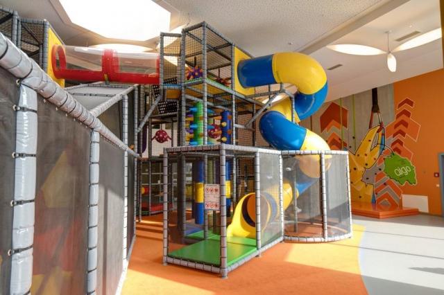Resort nabízí také volnočasový areál pro všechny generace na ploše 40 000 m², velkou hernu o třech podlažích, resort má i program pro teenagery.