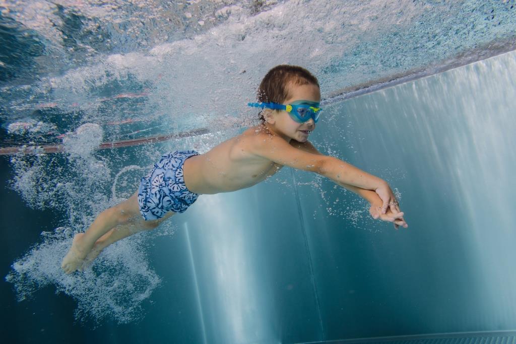 Plavání starších dětí ve 25m bazénu.