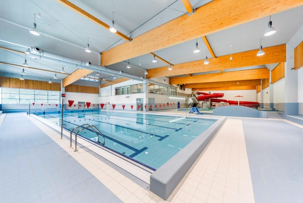V areálu najdeme pětadvacetimetrový bazén s pěti drahami, které jsou rozděleny jak pro kondiční plavce, tak pro rodinné plavání.