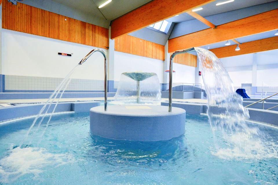 Víceúčelový bazén překvapí řadou atrakcí, jeho součástí je vířivka, divoká řeka, chrliče, perličková lůžka a vodní hřiby.