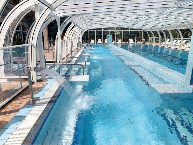 Obrovský park okolo budovy hotelu je bohatý na vzácné rostliny. Hosté si oblíbí i venkovní hydroterapeutický bazén s teplotou termální vody 25 °C a o velikosti 160 m2, kde si hosté téměř během celého roku mohou užívat plavání a koupání.