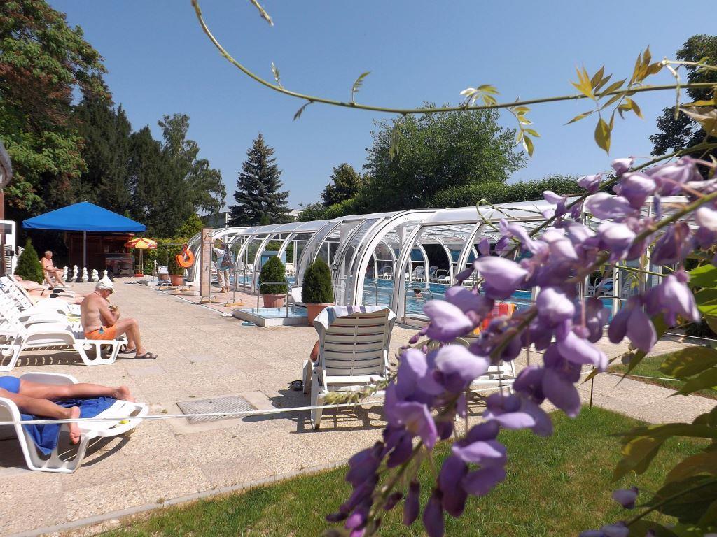 Hosté si oblíbí i venkovní hydroterapeutický bazén s teplotou termální vody 25 °C a o velikosti 160 m2, kde si hosté téměř během celého roku mohou užívat plavání a koupání.