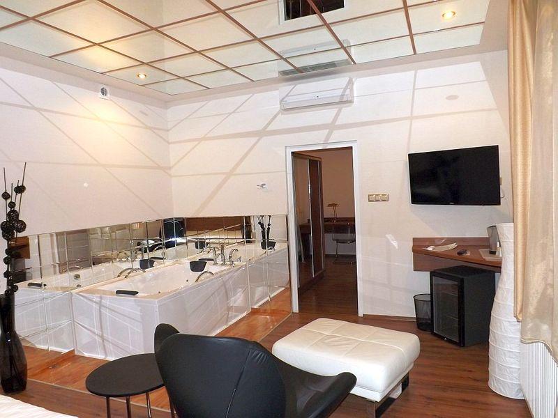 Apartmán s balkónem je vybavený velkou LCD TV, zrcadlovým stropem, hydro masážní vanou, sprchovým koutem, relaxačním křeslem.