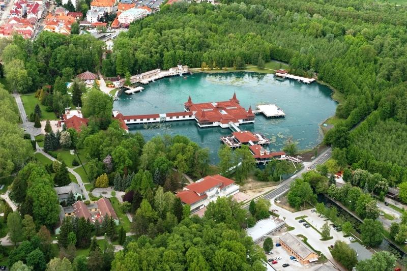 Hotel Aquamarin*** se nachází v klidné části lázeňského města Hévíz, pět minut procházky od centra města a pouze 800 metrů od světoznámého termálního jezera.