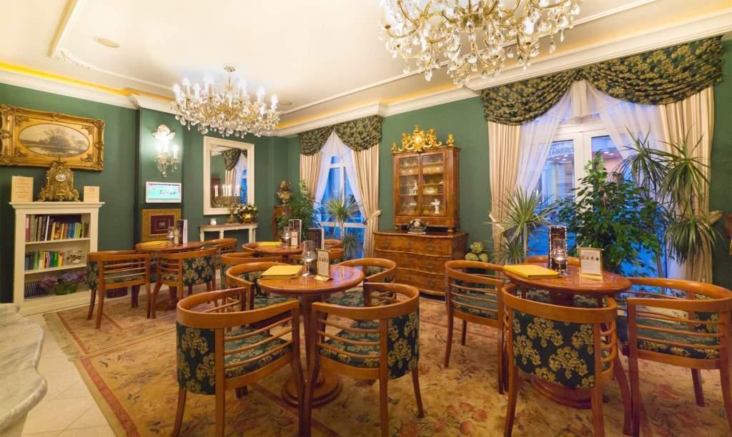 Velmi oblíben je také hotelový lobby bar, který se stal vyhledávaným místem příjemného posezení a obchodních schůzek u dobré kávy či horké čokolády.