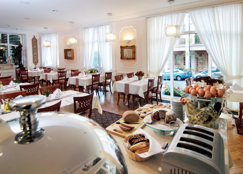 Gurmánské zážitky v podobě skvělých lázeňských diet vám připraví a naservíruje tým zkušených kuchařů v naší stylové dvoupatrové restauraci Grand Restaurant, kde se rovněž podávají snídaně formou rautových stolů.