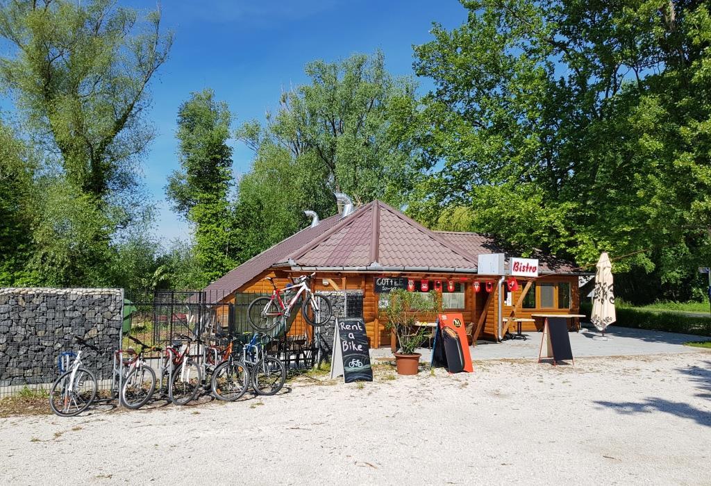 Kemp má soukromý úsek pláže a zázemí pro vodní sporty a poskytuje také službu půjčení jízdních kol.