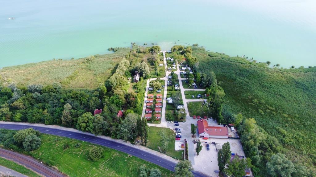 Nově otevřený Badacsony Camping se nachází přímo na pobřeží Balatonu.