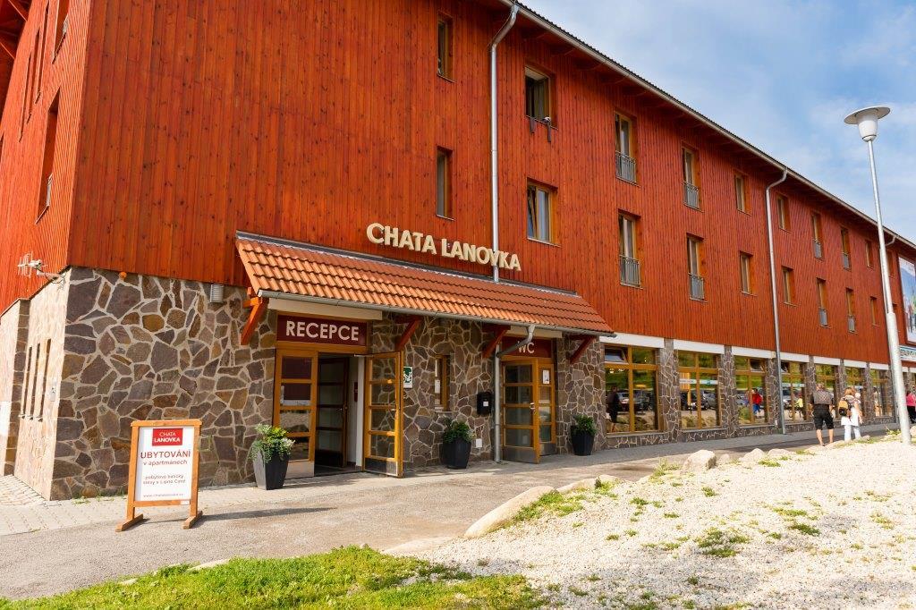 V Chatě Lanovka najdete pohodlné a plně vybavené apartmány pro rodiny i menší skupinky. Jistě oceníte polohu v centru všech lipenských aktivit.