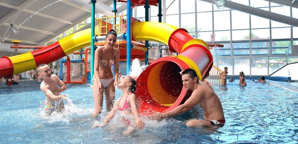 Krytý rodinný a zábavní bazén s teplotou 29-33°C