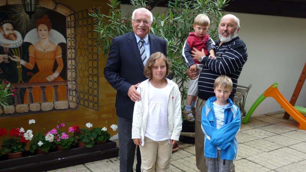 Vynikající kuchyni restaurantu i hotelu ocenil také pan prezident Václav Klaus při pořádání rodinné oslavy u nás či při nedělním obědě.
