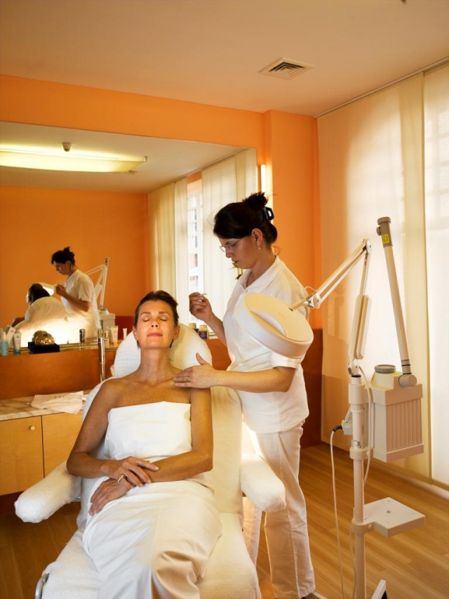 Odpočiňte si v našem wellness oddělení nebo si dopřejte uvolňující masáž. Masáže, zábaly a minerální koupele, jsou jen některé možnosti, jak u nás můžete trávit čas.