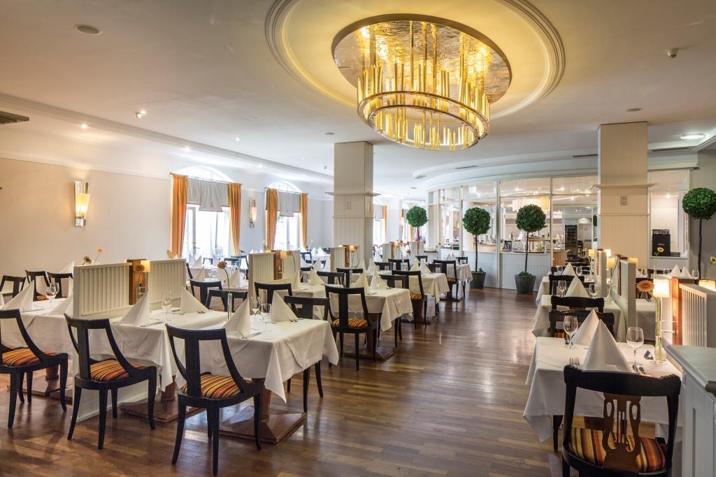 Restaurace Johan Strauss nabízí českou a mezinárodní kuchyni.
