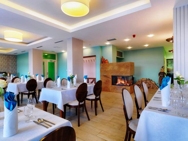 Součástí hotelu Green je restaurace s terasou a prosklený salonek s nádherným výhledem.