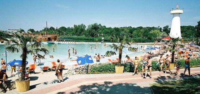 Venkovní pláž se třinácti bazény na ploše 30 hektarů