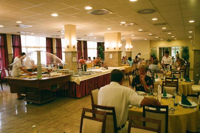 Polopenze jsou podávány formou bohatých švédských stolů, možný je i výběr formou à la carte.