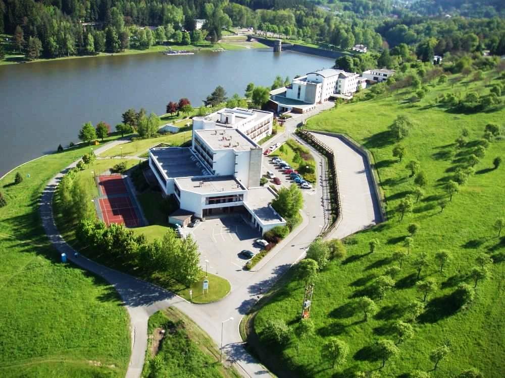 Hotel Adamantino se nachází v obci Pozlovice v těsné blízkosti Luhačovické přehrady. Pobyt v hotelu Adamantino je vhodný pro všechny věkové kategorie.