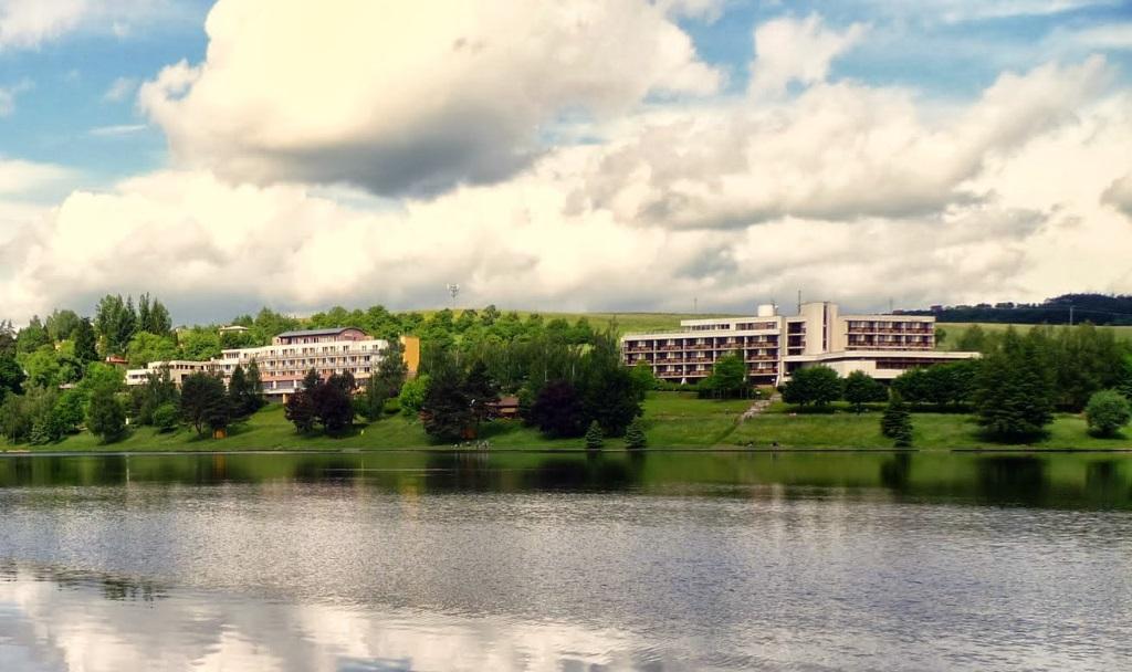 Hotel Adamantino se nachází v obci Pozlovice v těsné blízkosti Luhačovické přehrady.