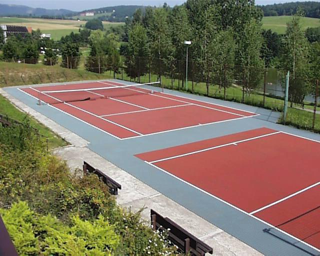 Hotel Adamantino nabízí také wellness centrum s krytým bazénem, tenisový kurt a restauraci.