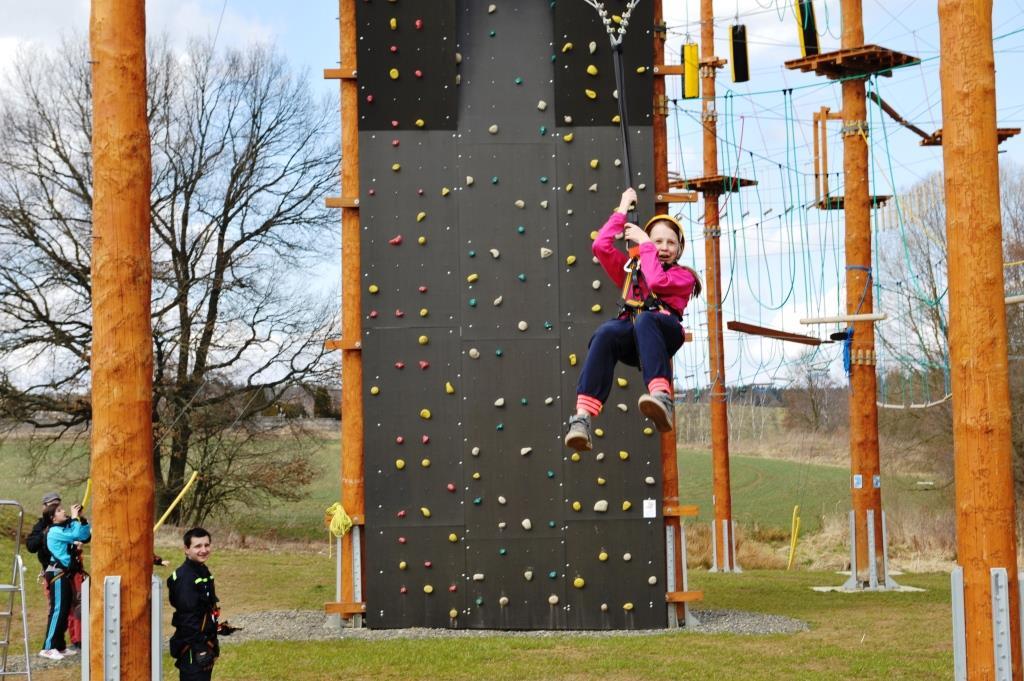 Naše lanové centrum Agnes obsahuje dvě úrovně lanových překážek, jednak na vzájemné jištění a dále na sebejištění. Zároveň jsou zde dvě samostatné atrakce - Big Swing a lezecká stěna.