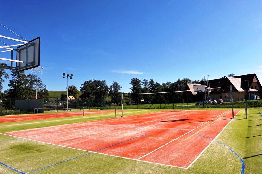 Areál Hotelu Agnes zahrnuje sportovní areál s víceúčelovými hřišti.