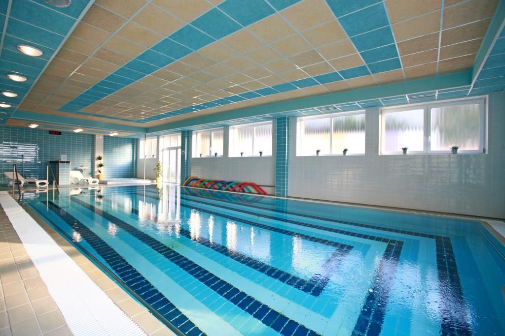 Hotelový bazén s protiproudy a whirlpoolem je jedním z největších v Luhačovicích, o rozměrech 13 x 7,5 m a s celodenním využíváním pro hotelové hosty zdarma. Foto Rezidence Ambra
