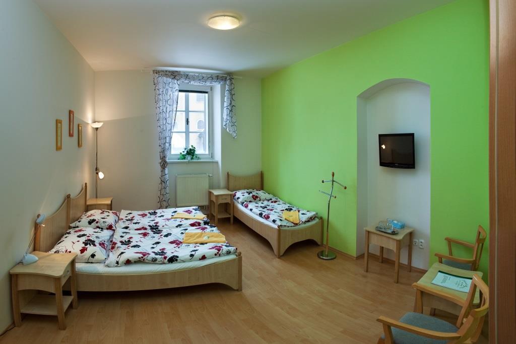 V devatenácti prostorných a pohodlných pokojích nabízíme možnost ubytování pro rodiny s dětmi, bezbariérové pokoje pro seniory, pohodlné ubytování pro skupiny, ale i všechny ostatní, kteří se rozhodli strávit svoji dovolenou nebo její část v krásné přírodě Vysočiny. Foto hotel Bystré