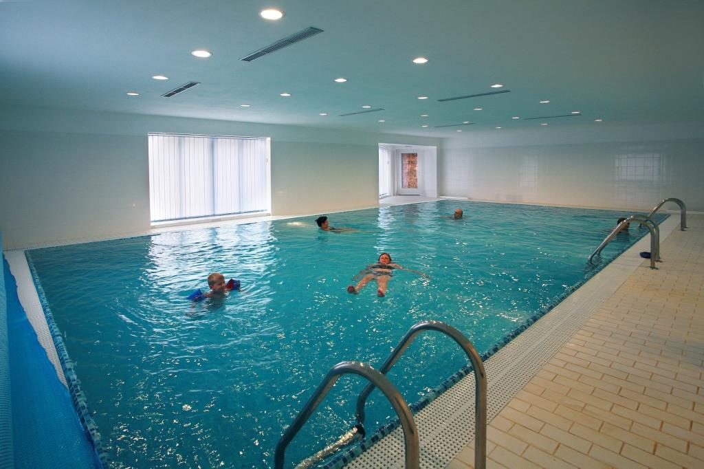 Nechte se hýčkat wellness službami hotelu Bystré. Pro naše hosty je zdarma k dispozici připraven bazén s mořskou vodou s teplotou 28°C, dále sauna a vířivka. Foto hotel Bystré