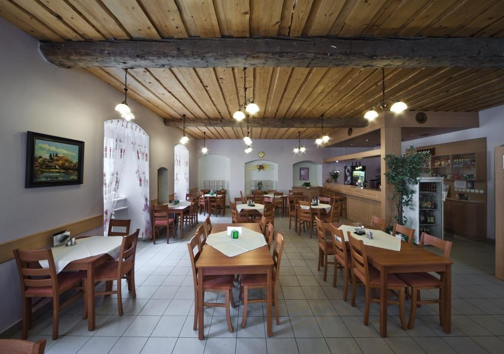 Restaurace i celý hotelový komplex je nekuřácký. Hotelová restaurace s celodenním provozem vám nabídne kvalitní českou kuchyni i krajové speciality. Foto hotel Bystré
