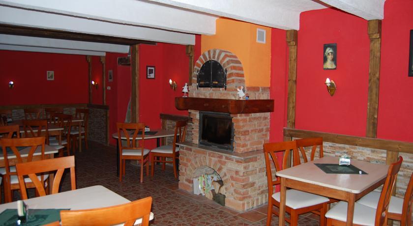 K vašemu příjemnému prožití dovolené v Hotelu Chata Volary vám nesmí chybět dobré jídlo a pití. Stravování je zajištěno ve vlastní stylové hotelové restauraci s výbornou domácí kuchyní a příjemnou atmosférou. Restaurace s kapacitou 100 osob je otevřena celoročně.