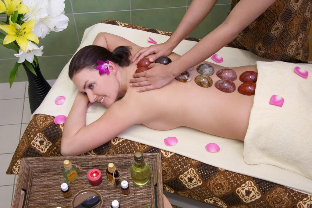 Nabízíme širokou škálu masáží - klasické masáže, medové masáže, aroma masáže, masáže horkými kameny, parafinové zábaly a mnoho dalších, foto Wellness hotel Diana